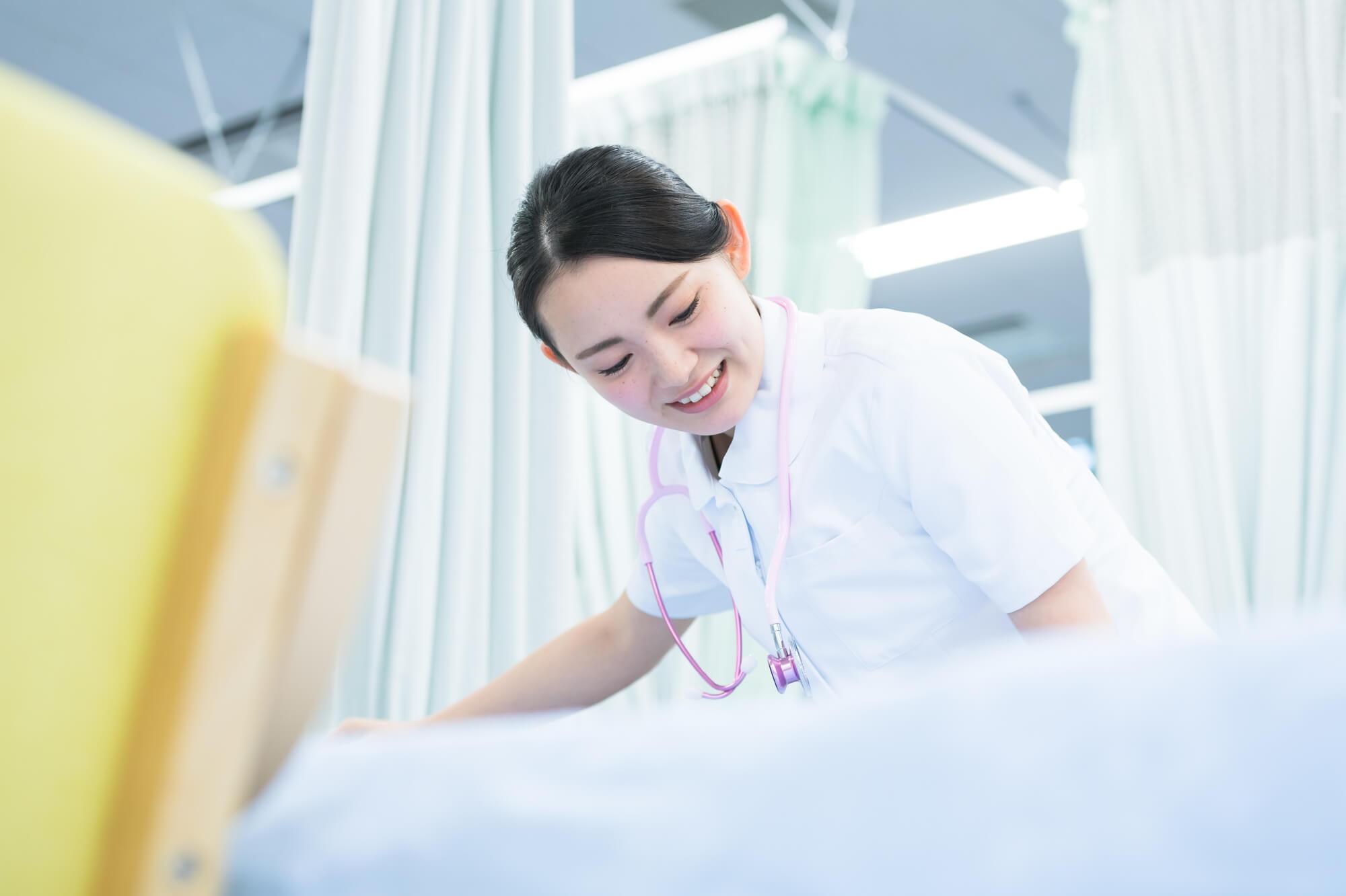 コロナ対応のイメージ_看護をする女性