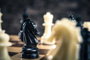 PR戦略とチェスのイメージ