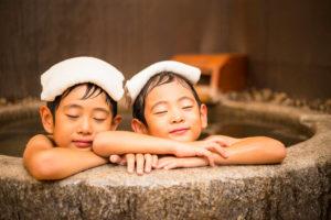 風呂につかる子供たち