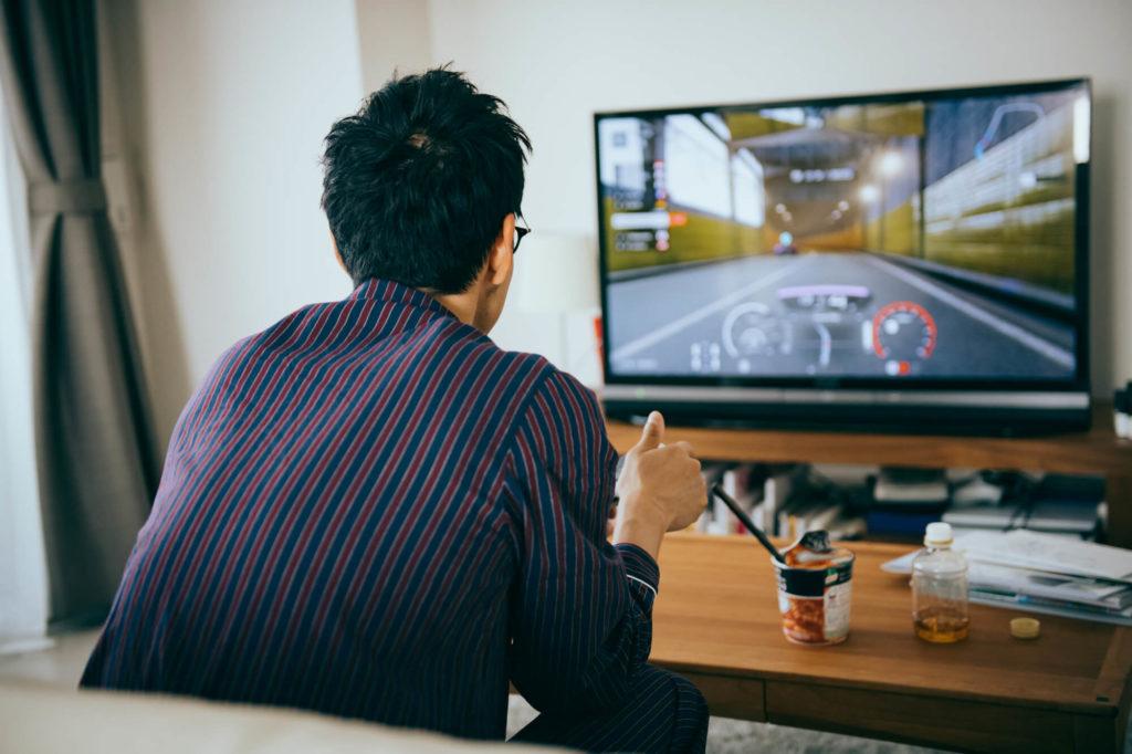 テレビを楽しむ男性
