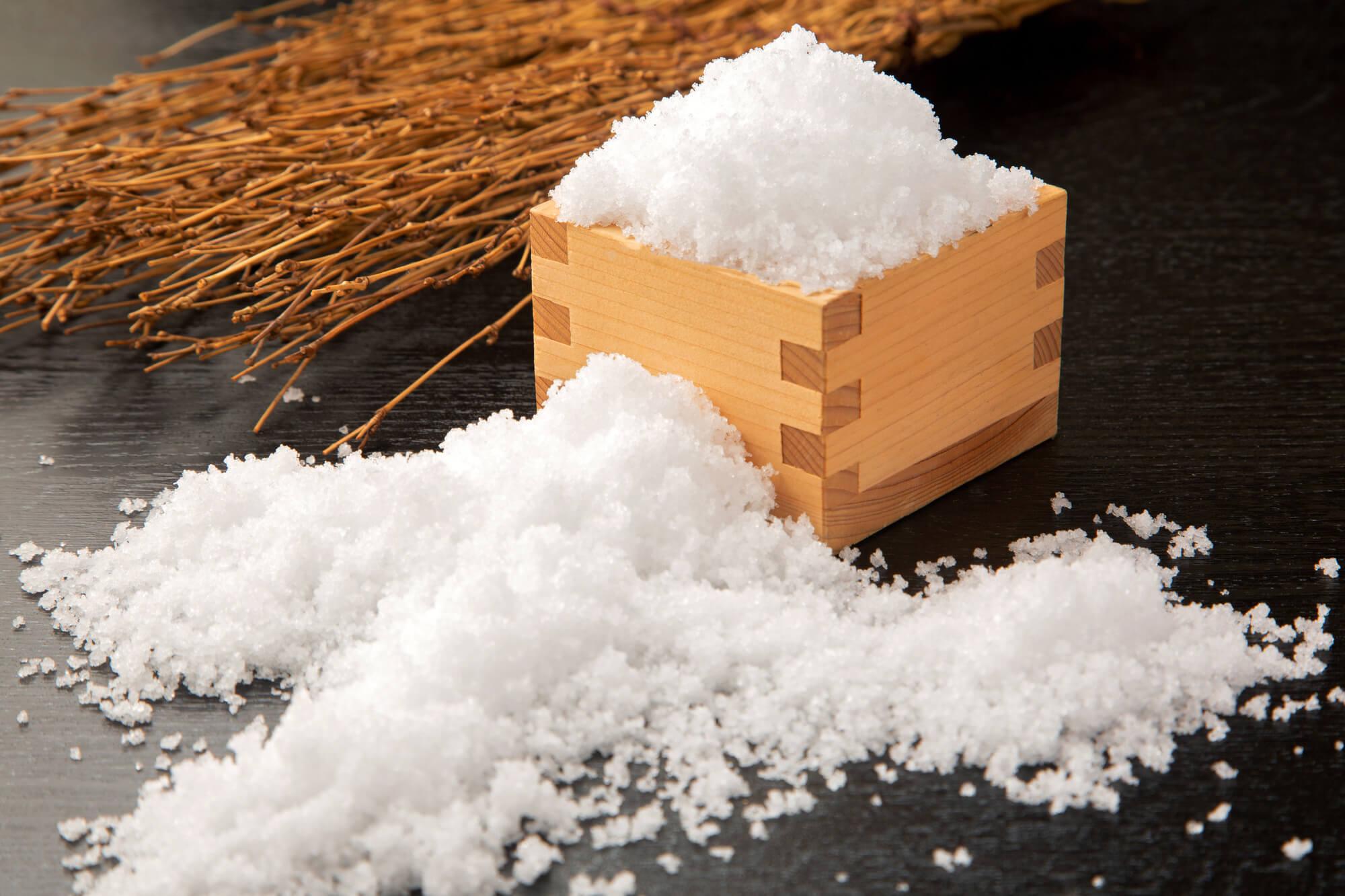 こぼれる粗塩