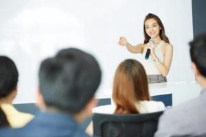 広報記者会見をする女性