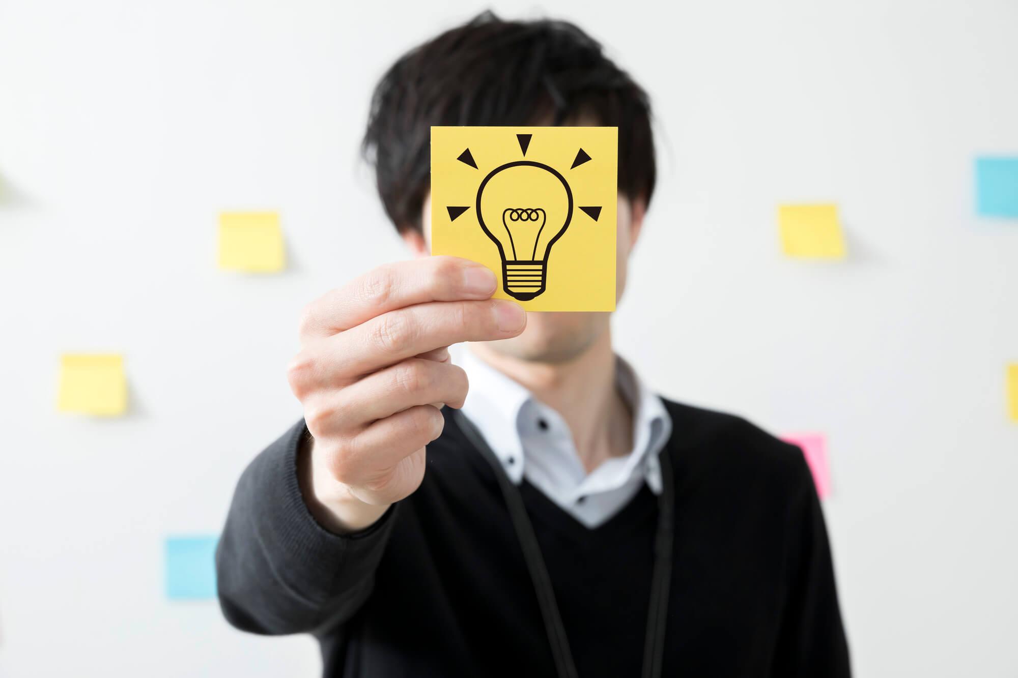 アイデアを考える男性