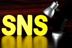 スポットライトとSNSのロゴ