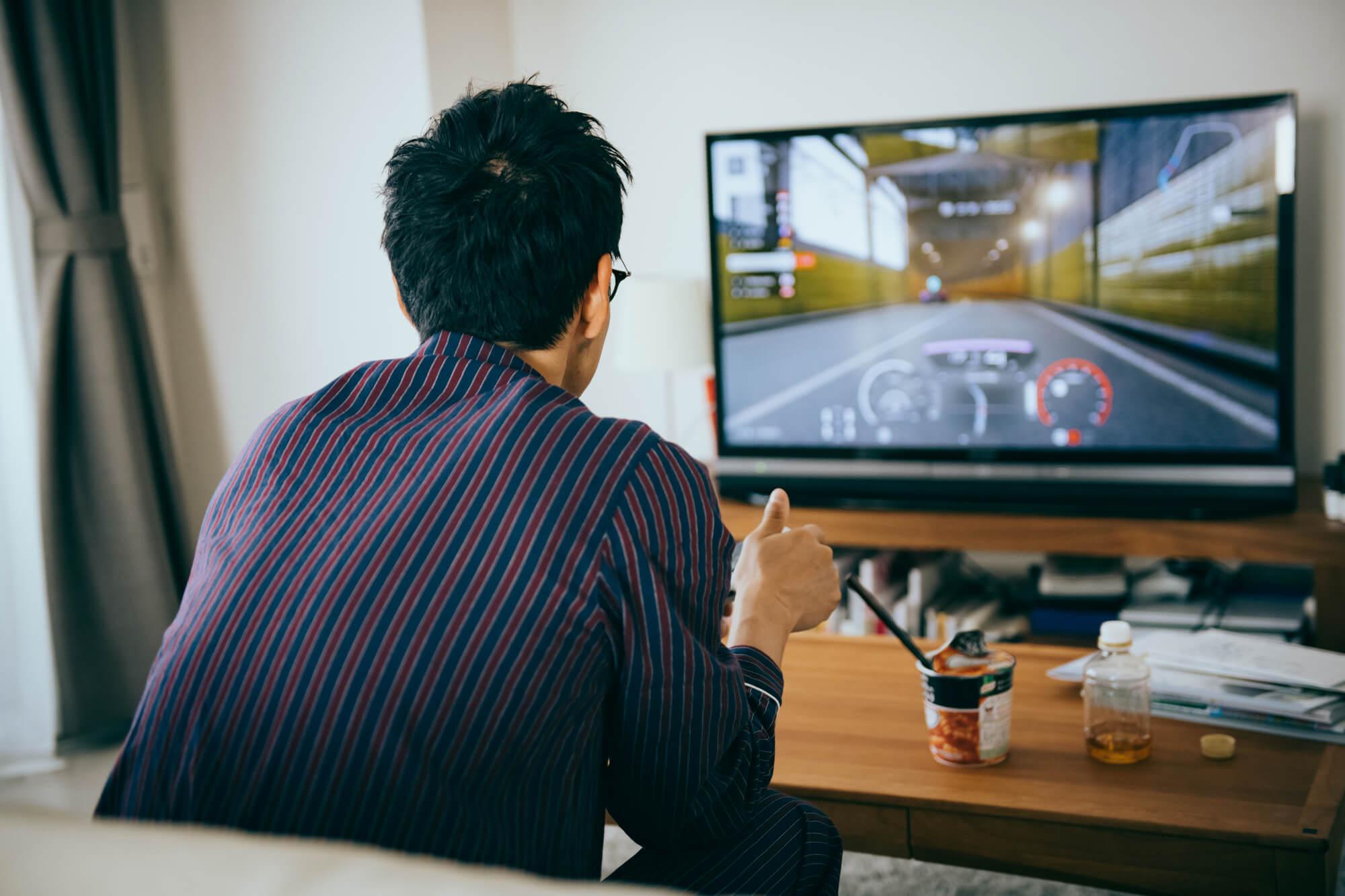 ゲームを楽しむ男性
