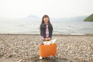 旅行カバンを持つ少女