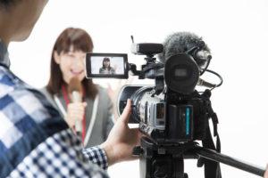 テレビ取材に応じる女性