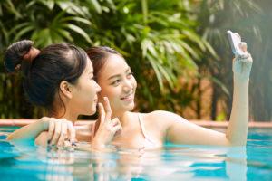 温泉を楽しむ女性たち